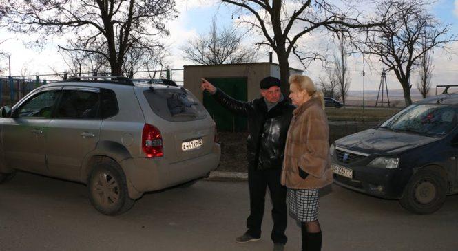 Лариса Щербула с коммунальщиками работают по обращениям депутатов