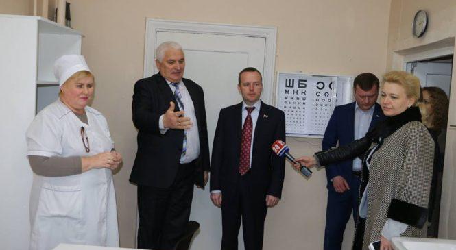 Лариса Щербула совместно с депутатом Госдумы России осмотрели медицинский кабинет в школе №12