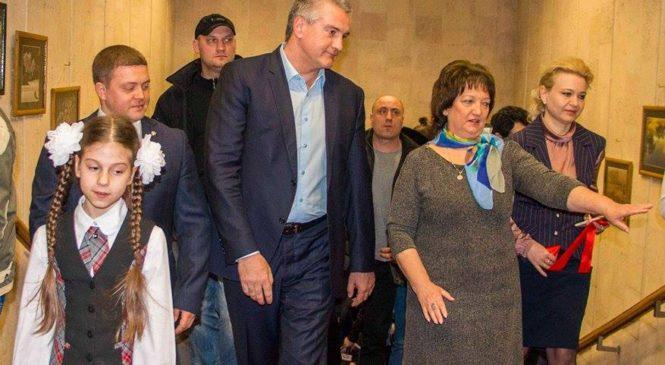 Лариса Щербула с Сергеем Аксеновым открыли выставку, посвященную Керченскому мосту