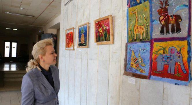 Лариса Щербула посетила выставку «Волшебный текстиль»