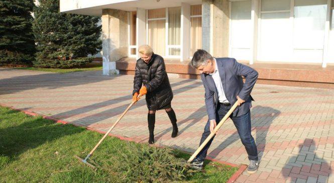 Лариса Щербула приняла участие в субботнике