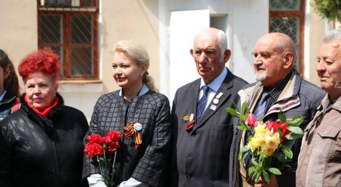 Глава горсовета открыла мемориальную доску  в память о тресте «Керчьметаллургстрой»