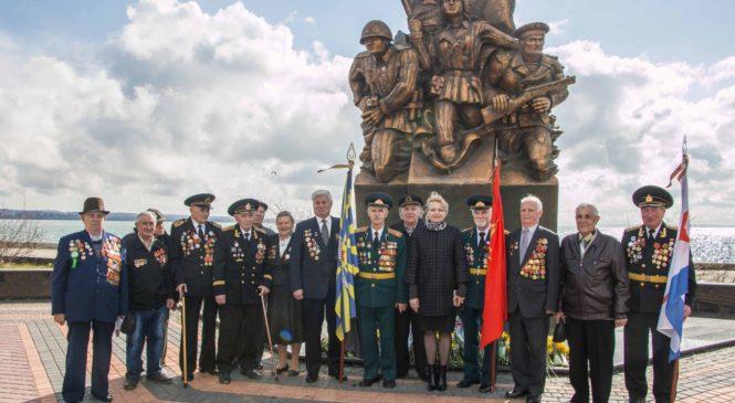 Керчане возложили цветы к памятнику десантникам