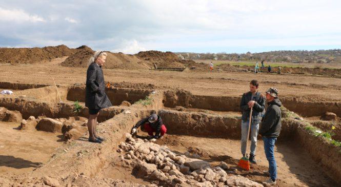 Лариса Щербула посетила археологические раскопки