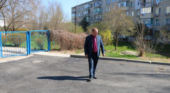 Николай Гусаков проверяет качество выполнения работ в районе Марат
