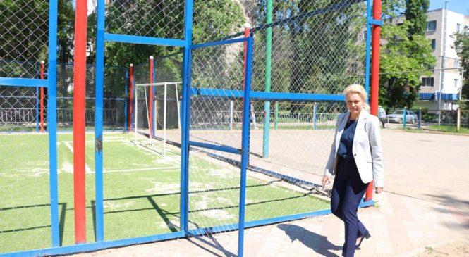 Лариса Щербула осмотрела ход работ по ремонту спортивной площадки