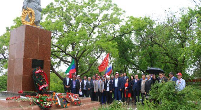 Делегация из Дагестана возложила цветы к братской могиле и посетила керченскую школу