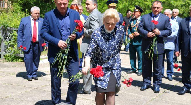 Делегация из Владикавказа возложила цветы к могиле земляка Героя СССР Доева