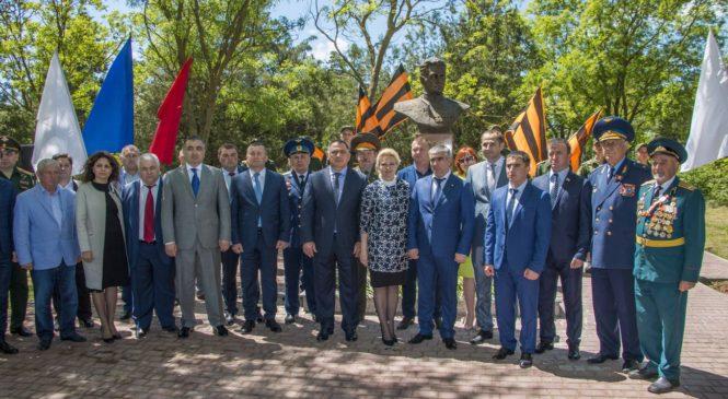 В Керчи открыли памятный знак Герою Советского Союза Хаджи-Умару Мамсурову