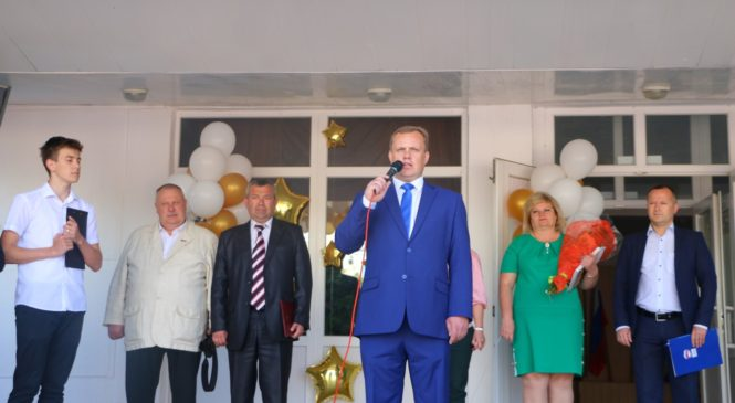 Николай Гусаков поздравил выпускников гимназии №1 с последним звонком
