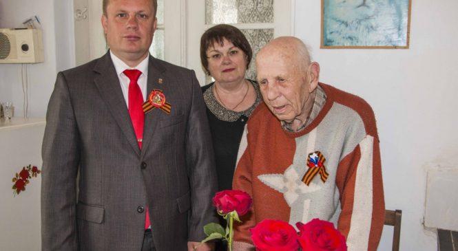 Николай Гусаков поздравил ветерана с 90-летием в канун Дня Победы