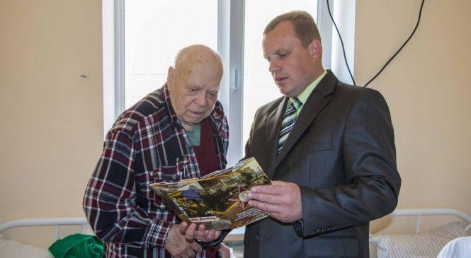 Николай Гусаков поздравил ветерана ко Дню Победы