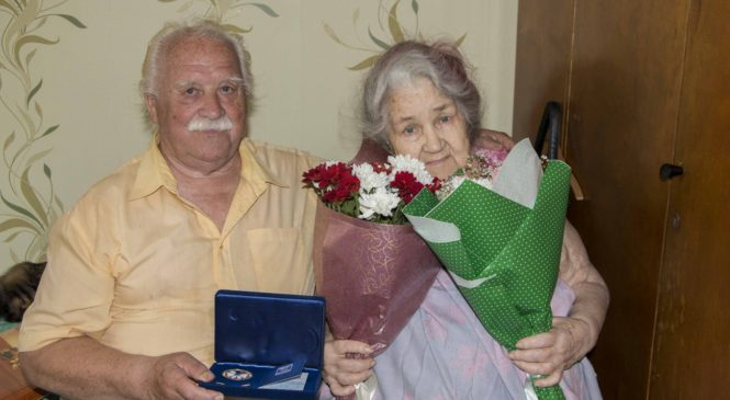 Николай Гусаков поздравил юбиляров накануне Дня любви, семьи и верности