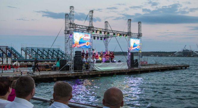 На керченской набережной в честь рыбаков дали грандиозный концерт