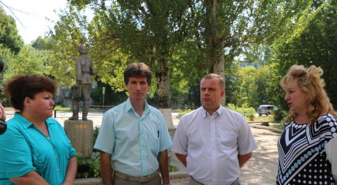 Николай Гусаков осмотрел ход ремонтных работ в керченской школе №17 им. Веры Белик