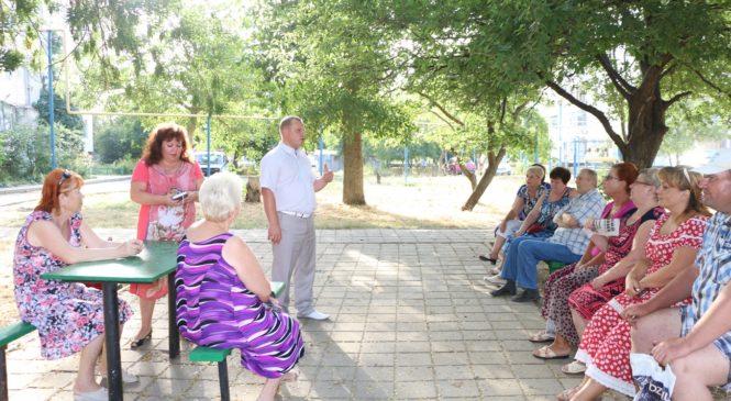 Глава муниципального образования г. Керчь Николай Гусаков провел встречи с жителями дворов по улице Генерала Петрова
