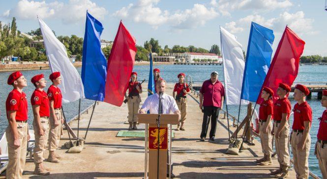 В Керчи возложили на воду венок в память о погибших офицерах ВМФ