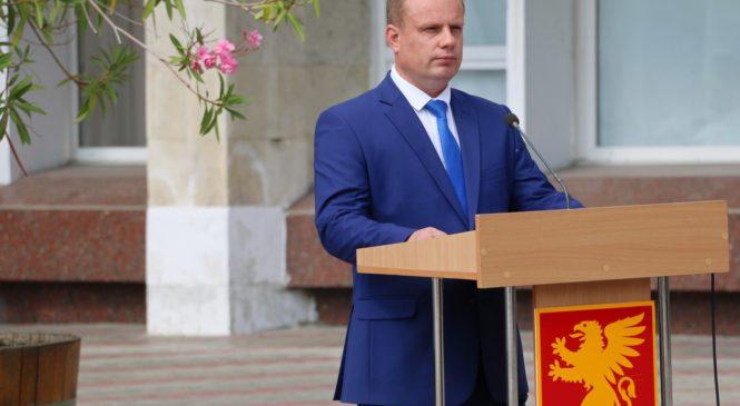 Глава муниципального образования Николай Гусаков поздравил керчан с Днем флага