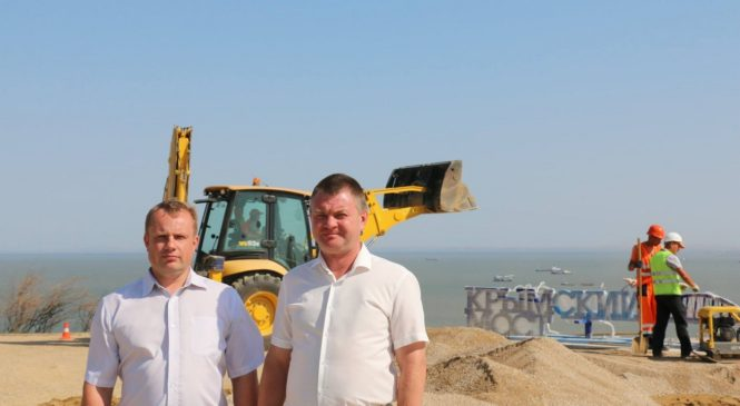 В Керчи приступили к установке скамейки с логотипом Керченского моста