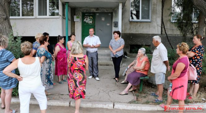 Во дворе дома №3 в 1-ом Портовом переулке состоялась встреча жителей с главой муниципального образования Николаем Гусаковым
