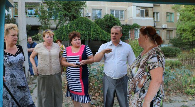 На встрече жители дома по ул. Вокзального шоссе, 35 рассказали главе муниципального образования о проблемах района