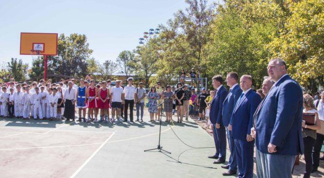 На набережной в День города открыли обновленную спортивную площадку
