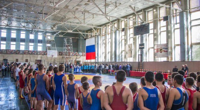 В Керчи проходит турнир по греко-римской борьбе