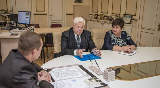 Николай Гусаков провел встречу с председателем совета ветеранов