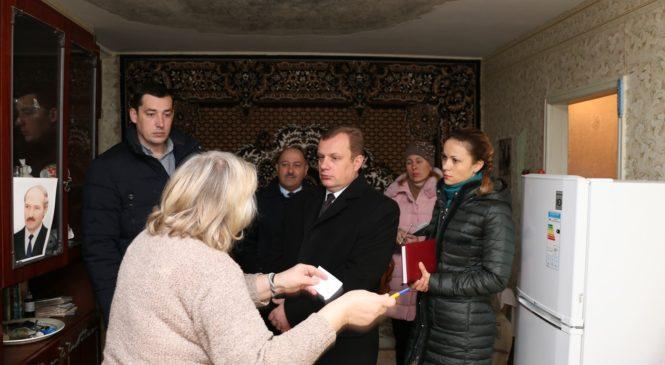Николай Гусаков осмотрел протекающую кровлю по обращению керчанки