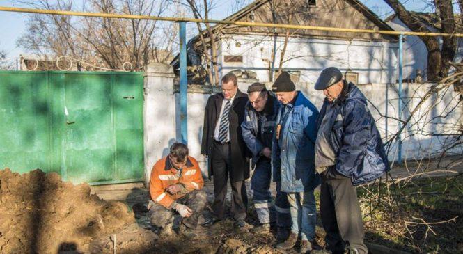 Николай Гусаков осмотрел ход работ по восстановлению водоснабжения по ул. Гагарина