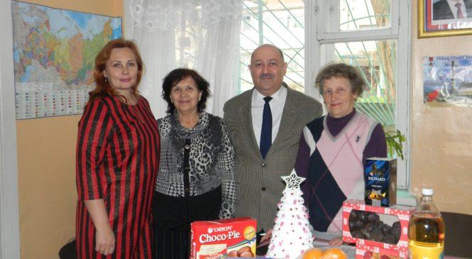 Депутат городского совета г. Керчи Валерий Арустамян поздравил ветеранов с Новым годом