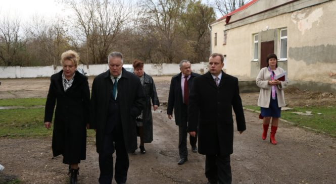 Делегация во главе с вице-спикером крымского парламента Ефимом Фиксом осмотрела отремонтированный спортзал в школе №17