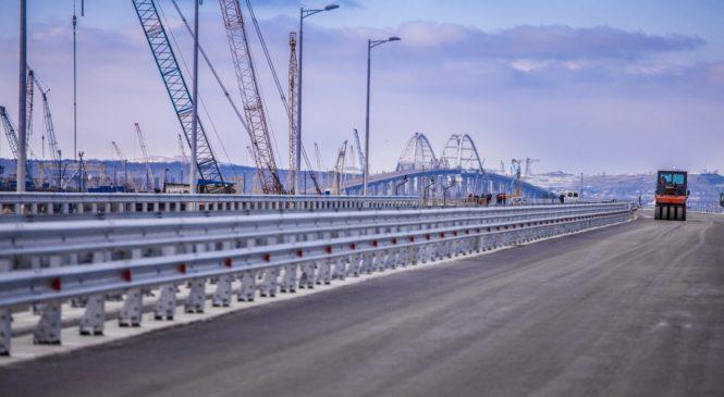 На пилотном участке Крымского моста установлены барьерное ограждение и мачты освещения