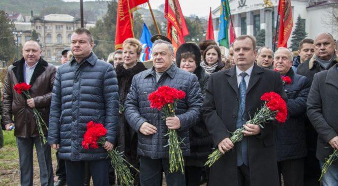 В сквере афганцев возложили цветы к мемориалу по случаю Дня памяти о россиянах, исполнявших служебный долг за пределами Отечества