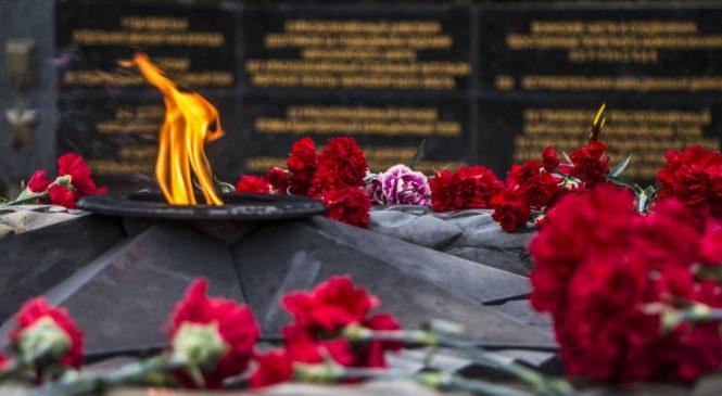 Керчане возложили цветы к Вечному огню