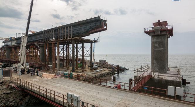 Началось сооружение морских пролетов Крымского моста под железную дорогу (ВИДЕО)