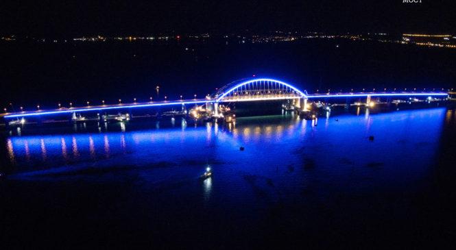 Строители провели тестовое включение архитектурной подсветки автодорожной арки Крымского моста