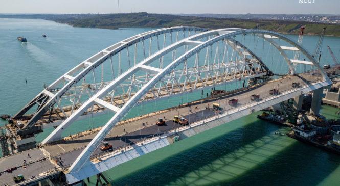 Строители асфальтируют полотно автодорожной арки Крымского моста (ВИДЕО)