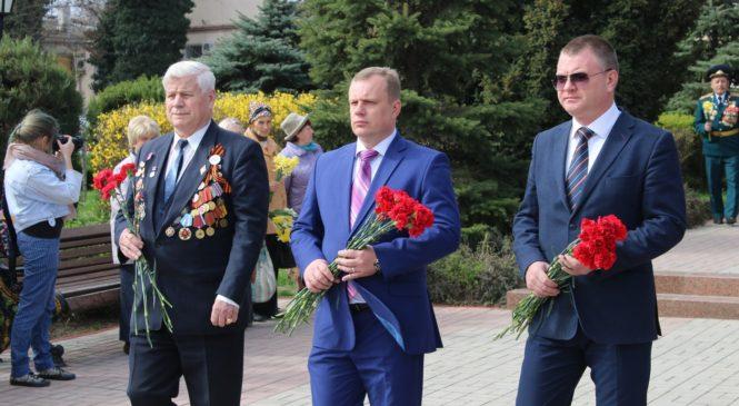 Керчане возложили цветы в сквере Славы