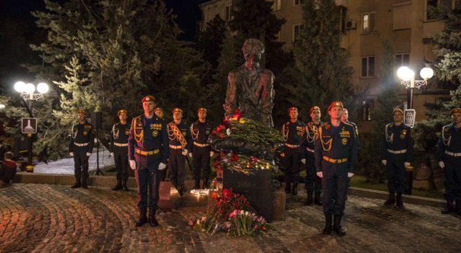 В Керчи прошел митинг-реквием у подножия памятника чернобыльцам