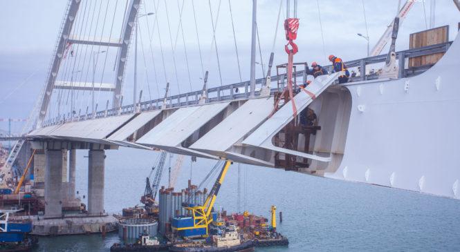 Завершен монтаж аэродинамических обтекателей автодорожной арки Крымского моста