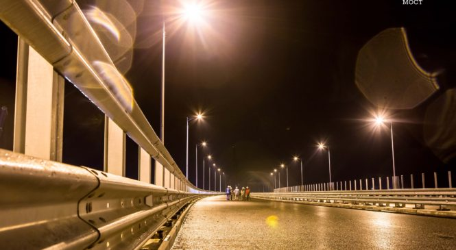 Строители протестировали освещение автодороги на Крымском мосту (ВИДЕО)
