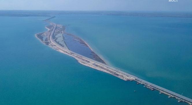 Жители Крыма и Кубани открыли движение по мосту через Керченский пролив