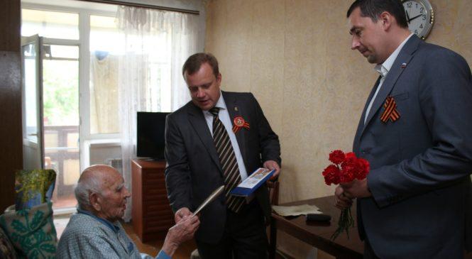 Депутаты городского совета поздравляют ветеранов с приближающимся Днем Победы