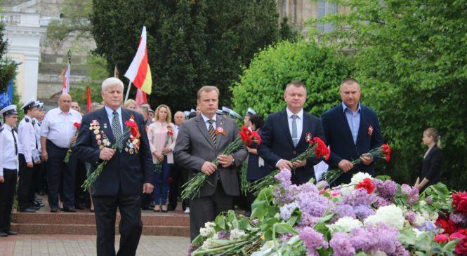 Керчане возложили цветы к Мемориалам памяти защитников отечества