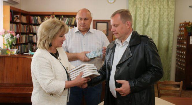 Глава муниципального образования подарил новые книги библиотеке