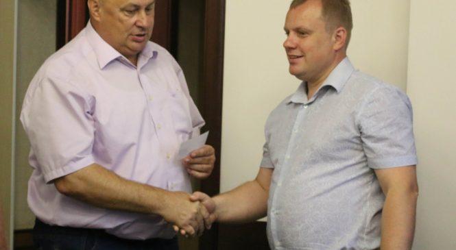 Владимиру Батуренко территориальная избирательная комиссия вручила удостоверение депутата