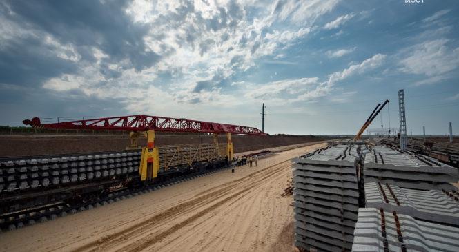 Железнодорожники ведут к Крымскому мосту бархатный путь