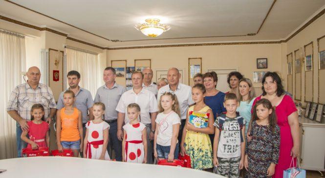 Николай Гусаков вручил школьные принадлежности детям из малообеспеченных семей