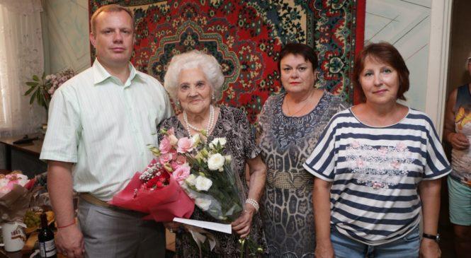 Глава муниципального образования поздравил Нину Васильевну Костюкову с 90-летием